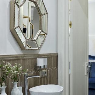 Стильный дизайн: маленькая ванная комната в современном стиле с белыми фасадами, коричневой плиткой, столешницей из искусственного камня, белыми стенами, настольной раковиной и белой столешницей - последний тренд