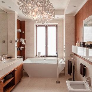 Свежая идея для дизайна: главная ванная комната в современном стиле с плоскими фасадами, фасадами цвета дерева среднего тона, отдельно стоящей ванной, биде, врезной раковиной, бежевым полом, бежевыми стенами и бежевой столешницей - отличное фото интерьера