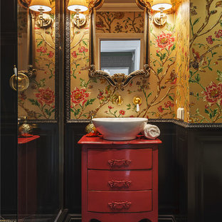 Ispirazione per una stanza da bagno con doccia eclettica con ante lisce, ante rosse, doccia alcova, piastrelle nere, pareti gialle, lavabo a bacinella e pavimento nero