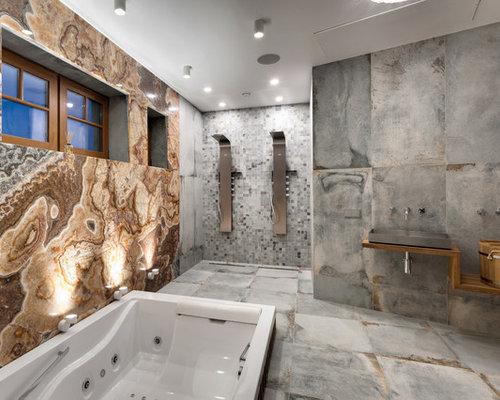Geräumiges Modernes Badezimmer Mit Whirlpool, Farbigen Fliesen,  Steinplatten, Bunten Wänden, Porzellan