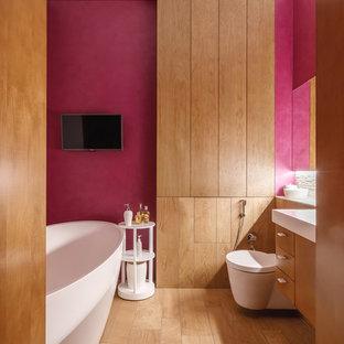 Неиссякаемый источник вдохновения для домашнего уюта: ванная комната в современном стиле с плоскими фасадами, фасадами цвета дерева среднего тона, инсталляцией, красными стенами и коричневым полом