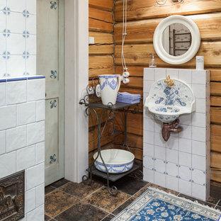 Idéer för att renovera ett lantligt badrum, med blå kakel, vit kakel, keramikplattor, bruna väggar, klinkergolv i porslin och ett väggmonterat handfat