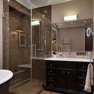 Выдающиеся фото от архитекторов и дизайнеров интерьера: главная ванная комната в современном стиле с черными фасадами, коричневой плиткой, плиткой мозаикой, бежевыми стенами, врезной раковиной, коричневым полом и душем с раздвижными дверями