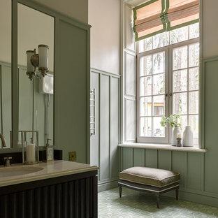 Идея дизайна: ванная комната в классическом стиле с зелеными стенами, врезной раковиной и зеленым полом