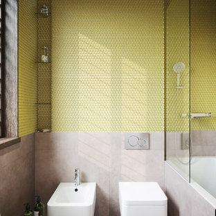 Diseño de cuarto de baño contemporáneo, de tamaño medio, con combinación de ducha y bañera, suelo de baldosas de porcelana, suelo gris, bidé, baldosas y/o azulejos amarillos y baldosas y/o azulejos en mosaico