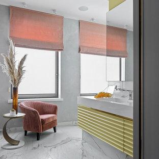 Свежая идея для дизайна: ванная комната в стиле фьюжн с желтыми фасадами, серыми стенами, врезной раковиной, белым полом, белой столешницей и тумбой под одну раковину - отличное фото интерьера