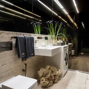 На фото: маленькие ванные комнаты в современном стиле с инсталляцией, бежевой плиткой, плиткой из травертина, полом из травертина, подвесной раковиной, бежевым полом и бежевыми стенами