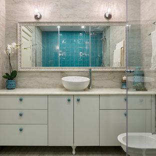 Новые идеи обустройства дома: ванная комната в современном стиле с плоскими фасадами, белыми фасадами, биде, бежевой плиткой, душевой кабиной и настольной раковиной