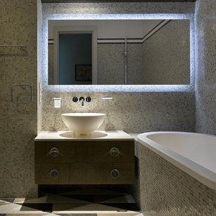 Создайте стильный интерьер: главная ванная комната в современном стиле с плоскими фасадами, фасадами цвета дерева среднего тона, накладной ванной, бежевой плиткой, плиткой мозаикой, настольной раковиной и мраморным полом - последний тренд