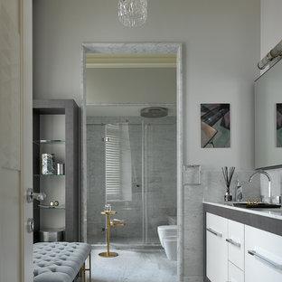 Новый формат декора квартиры: ванная комната в современном стиле с плоскими фасадами, белыми фасадами, инсталляцией, серыми стенами, душевой кабиной и душем с распашными дверями