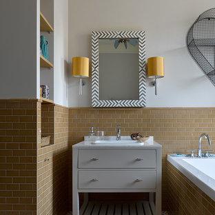Modelo de cuarto de baño tradicional renovado con armarios con paneles lisos, puertas de armario grises, bañera encastrada, baldosas y/o azulejos naranja, baldosas y/o azulejos de cemento, paredes grises y suelo multicolor