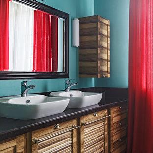 Пример оригинального дизайна: главная ванная комната в стиле современная классика с фасадами с филенкой типа жалюзи, фасадами цвета дерева среднего тона, синими стенами, настольной раковиной и коричневым полом