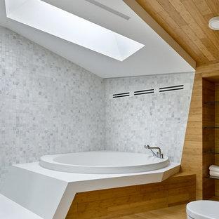 Неиссякаемый источник вдохновения для домашнего уюта: главная ванная комната в современном стиле с накладной ванной, белой плиткой, серой плиткой, плиткой мозаикой, коричневыми стенами и коричневым полом