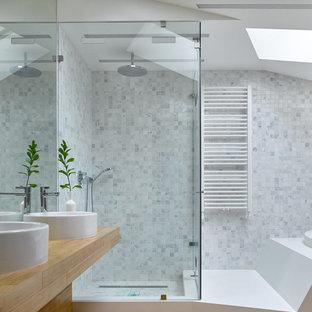 Идея дизайна: ванная комната в современном стиле с угловым душем, белой плиткой, серой плиткой, плиткой мозаикой, душевой кабиной, настольной раковиной и коричневым полом