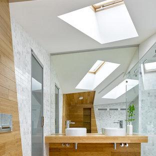 Пример оригинального дизайна: ванная комната в современном стиле с открытыми фасадами, угловым душем, белой плиткой, плиткой мозаикой, душевой кабиной, настольной раковиной, коричневым полом и коричневой столешницей