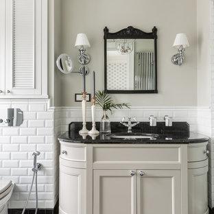 Свежая идея для дизайна: ванная комната в классическом стиле с фасадами островного типа, бежевыми фасадами, белой плиткой, плиткой кабанчик, серыми стенами, врезной раковиной, черным полом и черной столешницей - отличное фото интерьера