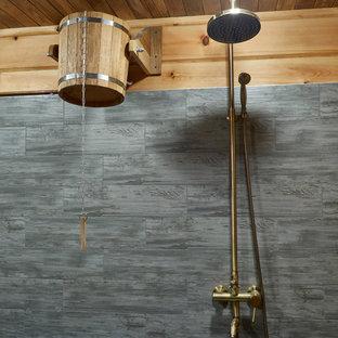 Imagen de sauna minimalista, de tamaño medio, con puertas de armario grises, ducha abierta, baldosas y/o azulejos grises, baldosas y/o azulejos de porcelana, paredes grises, suelo de baldosas de porcelana, suelo gris y ducha con puerta con bisagras