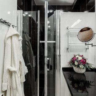 Идея дизайна: ванная комната в современном стиле с белыми фасадами, белой плиткой, черной плиткой, душевой кабиной и белым полом