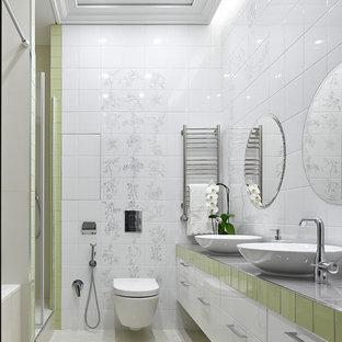Создайте стильный интерьер: главная ванная комната в современном стиле с плоскими фасадами, белыми фасадами, ванной в нише, душем в нише, белой плиткой, настольной раковиной, белым полом, серой столешницей, столешницей из плитки, инсталляцией, белыми стенами и душем с распашными дверями - последний тренд