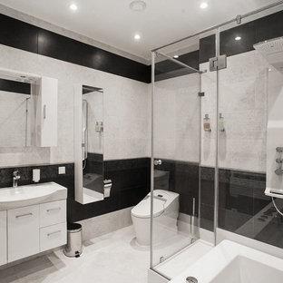 На фото: главная ванная комната среднего размера в современном стиле с плоскими фасадами, белыми фасадами, белым полом, душем с распашными дверями, раздельным унитазом, белой плиткой, черной плиткой и монолитной раковиной