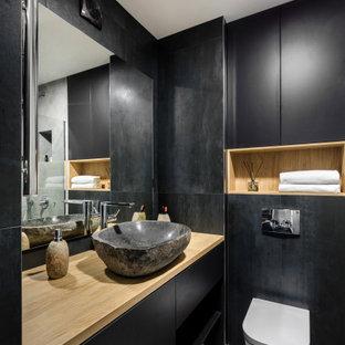 Идея дизайна: ванная комната в современном стиле с плоскими фасадами, черными фасадами, настольной раковиной, столешницей из дерева, серым полом и бежевой столешницей
