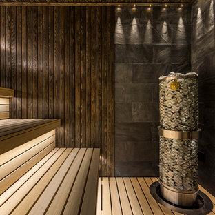 Стильный дизайн: баня и сауна в современном стиле с коричневой плиткой - последний тренд