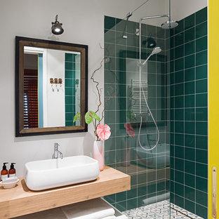 Удачное сочетание для дизайна помещения: ванная комната в современном стиле с угловым душем, зеленой плиткой, белыми стенами, душевой кабиной, настольной раковиной, столешницей из дерева, открытыми фасадами, открытым душем и коричневой столешницей - самое интересное для вас