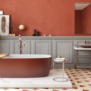 Foto di una grande stanza da bagno padronale minimal con vasca freestanding e pareti rosse