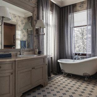 Удачное сочетание для дизайна помещения: главная ванная комната в классическом стиле с фасадами с утопленной филенкой, серыми фасадами, ванной на ножках, серыми стенами, накладной раковиной и серым полом - самое интересное для вас