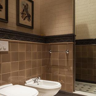 Пример оригинального дизайна: ванная комната в классическом стиле с душем в нише, биде, бежевой плиткой, коричневой плиткой и душевой кабиной