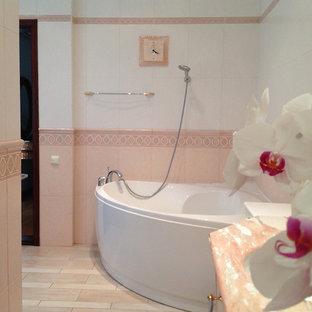 Immagine di una grande stanza da bagno padronale tradizionale con ante lisce, vasca ad angolo, doccia ad angolo, WC a due pezzi, piastrelle rosa, piastrelle in ceramica, pareti rosa, pavimento con piastrelle in ceramica, lavabo rettangolare, top in marmo, pavimento rosa e porta doccia scorrevole