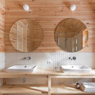 Идея дизайна: большая ванная комната в стиле кантри с белой плиткой, керамогранитной плиткой, столешницей из дерева, открытыми фасадами, светлыми деревянными фасадами и настольной раковиной