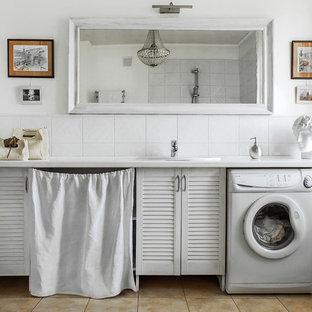 Esempio di una stanza da bagno country con ante a persiana, ante bianche, doccia aperta, pareti bianche, lavabo da incasso, piastrelle bianche, pavimento in gres porcellanato e top in superficie solida