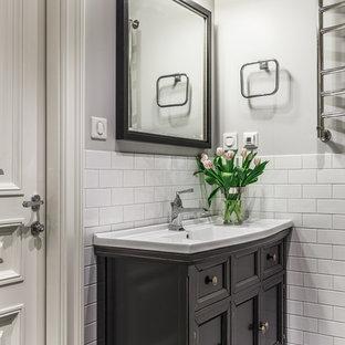 Стильный дизайн: маленькая ванная комната в классическом стиле с фасадами с утопленной филенкой, черными фасадами, белой плиткой, керамической плиткой, серыми стенами, полом из керамогранита, монолитной раковиной и разноцветным полом - последний тренд