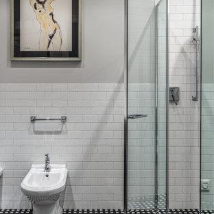 Удачное сочетание для дизайна помещения: ванная комната среднего размера в классическом стиле с душем в нише, биде, белой плиткой, керамической плиткой, серыми стенами, полом из керамогранита, душевой кабиной, разноцветным полом и душем с распашными дверями - самое интересное для вас