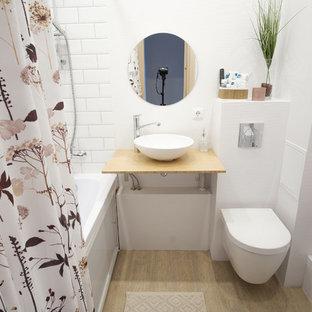 На фото: с невысоким бюджетом маленькие главные ванные комнаты в скандинавском стиле с полновстраиваемой ванной, инсталляцией, белой плиткой, белыми стенами, полом из керамогранита, накладной раковиной, столешницей из ламината, бежевым полом, открытым душем, бежевой столешницей и плиткой кабанчик