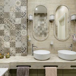 Стильный дизайн: главная ванная комната в современном стиле с настольной раковиной и тумбой под две раковины - последний тренд