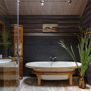 Свежая идея для дизайна: главная ванная комната в стиле кантри с отдельно стоящей ванной, черной плиткой, плиткой мозаикой, черными стенами, накладной раковиной и бежевым полом - отличное фото интерьера