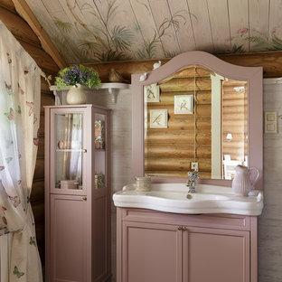 Новые идеи обустройства дома: ванная комната в стиле кантри с фасадами с утопленной филенкой, бежевыми стенами, монолитной раковиной и серым полом