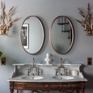 Новые идеи обустройства дома: ванная комната в классическом стиле с серыми стенами и врезной раковиной