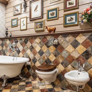 他の地域の中くらいのカントリー風おしゃれなマスターバスルーム (猫足バスタブ、ビデ、ベージュの壁、マルチカラーの床、洗い場付きシャワー、マルチカラーのタイル、セメントタイル、セラミックタイルの床、一体型シンク、開き戸のシャワー、フラットパネル扉のキャビネット、濃色木目調キャビネット、人工大理石カウンター、ベージュのカウンター、洗面台1つ、独立型洗面台、表し梁、板張り壁) の写真