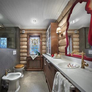 Создайте стильный интерьер: ванная комната в современном стиле с фасадами с филенкой типа жалюзи, коричневыми фасадами, душем в нише, биде, серой плиткой, коричневыми стенами, душевой кабиной и накладной раковиной - последний тренд