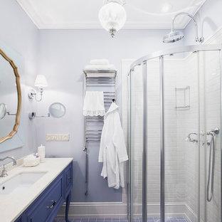 Réalisation d'une salle d'eau tradition avec des portes de placard violettes, un carrelage blanc, des carreaux de céramique, un mur violet, un sol en carrelage de céramique, un lavabo encastré, un plan de toilette en marbre, une cabine de douche à porte coulissante, un placard en trompe-l'oeil, une douche d'angle et un sol multicolore.