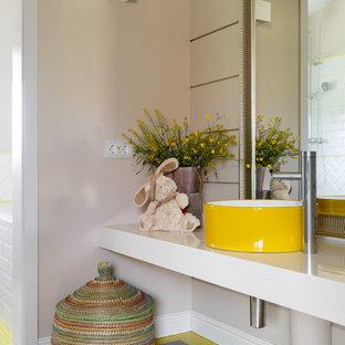 Стильный дизайн: большая детская ванная комната в современном стиле с белыми фасадами, бежевыми стенами, полом из керамогранита, настольной раковиной, столешницей из искусственного камня, серым полом, белой столешницей и открытыми фасадами - последний тренд