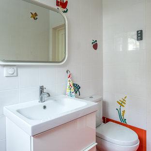 Idee per una stanza da bagno nordica di medie dimensioni con ante lisce, ante bianche, WC a due pezzi, piastrelle bianche, piastrelle in ceramica, pavimento in gres porcellanato, lavabo da incasso e pavimento rosso