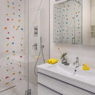 Свежая идея для дизайна: маленькая детская ванная комната в современном стиле с плоскими фасадами, белыми фасадами, разноцветной плиткой, белой плиткой, душем с распашными дверями, душем в нише, белыми стенами, консольной раковиной и белым полом - отличное фото интерьера