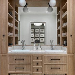 Идея дизайна: детская ванная комната среднего размера в современном стиле с фасадами с утопленной филенкой, светлыми деревянными фасадами, белыми стенами, мраморным полом, накладной раковиной, мраморной столешницей, белым полом и белой столешницей