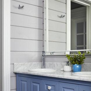 Новый формат декора квартиры: ванная комната в стиле кантри с фасадами с выступающей филенкой, синими фасадами, серыми стенами, накладной раковиной и серой столешницей