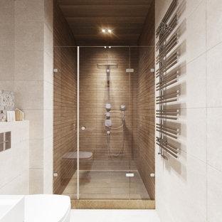 Пример оригинального дизайна: маленькая ванная комната в стиле современная классика с инсталляцией, бежевой плиткой, душевой кабиной, подвесной раковиной, бежевым полом, душем с распашными дверями, тумбой под одну раковину, подвесной тумбой, многоуровневым потолком, плоскими фасадами, белыми фасадами, душевой комнатой, керамогранитной плиткой, бежевыми стенами, полом из керамогранита, столешницей из плитки, белой столешницей и унитазом