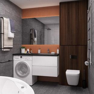 Пример оригинального дизайна: ванная комната в стиле лофт с плоскими фасадами, белыми фасадами, инсталляцией, серой плиткой, серыми стенами, врезной раковиной, серым полом и коричневой столешницей